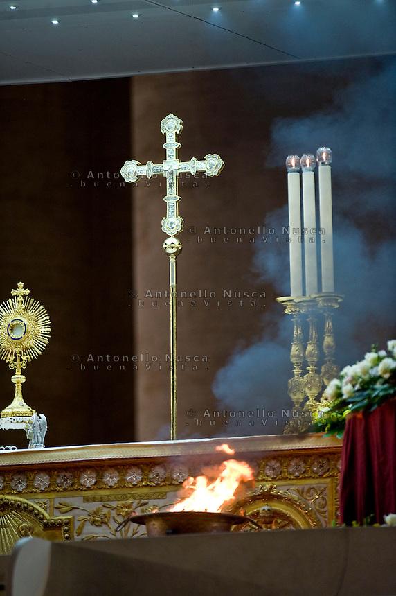 Roma, 7 Settembre, 2013. Un braciere acceso sull'altare in Piazza San Pietro durante la veglia di preghiera contro l'intervento armato in Siria e contro tutte le guerre