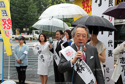 "June 22, 2016, Tokyo, Japan - Setsu Kobayashi (C), professor emeritus of Japan's Keio University and the leader of the new political party ""Kokumin Ikarinokoe"", People's Anger Voice delivers a campagn speech with his party candidates in front of the National Diet in Tokyo on Wednesday, June 22, 2016 as the Upper House election kicked off and voting will be held on July 10.   (Photo by Yoshio Tsunoda/AFLO) LWX -ytd-"
