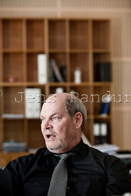 Carsten Mogens Hansen (født 10. januar 1957 i Odense) er en dansk politiker for Socialdemokraterne, tidligere folketingsmedlem fra 1998 til 2015[1][2] og minister for by, bolig og landdistrikter samt minister for nordisk samarbejde.<br /> <br /> Han er søn af arbejdsmand Poul Hansen og hjemmehjælper Inger Hansen.[3] Carsten Hansen afsluttede 9. kl. afgangseksamen og blev VVS-montør. Han har arbejdet som varmemester og vurderingsmand.[3]<br /> Politik<br /> <br /> Carsten Hansen kom i Folketinget 11. marts 1998 valgt i Fyns Amtskreds.[3] Siden 1995 har han været opstillet i Odense Sydkredsen, Fyns Storkreds.[4]<br /> <br /> Han er medlem af Uddannelsesudvalget, Udvalget for Forretningsordenen og Statsrevisorerne.[4] Derudover er Carsten Hansen medlem af bestyrelsen i Nørre Åby Efterskole[4] og næstformand i AOF Danmark.[5] Foto: Jens Panduro