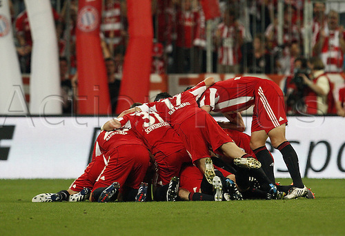 20.08.2010 Germany World Cup heroes Thomas Muller and Bastian Schweinsteiger earned Bayern Munich a last-gasp 2-1 home win over Wolfsburg on Friday.  Bayern got the better of Steve McClaren's Wolfsburg in the opening game of the Bundesliga season at the Allianz Arena.