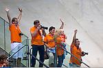 Engeland, London, 3 Augustus 2012.Olympische Spelen London.De familie van Ranomi Kromowidjojo juicht nadat ze zaterdagavond  in het volgepakte Aquatic Centre de gouden Medaille op de 50 meter vrije slag bahaalde.