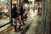 RIO DE JANEIRO, RJ, 12.09.2018 - OCUPAÇÃO-RJ -  Comida sendo levada atraves de coda para os ocupante do Casarão que foi sede do Automovel Clube do Brasil que esta abandonado desde 2016, foi ocupado desde sábado por um grupo de ativistas com o intuito de revitalizar o predio e transformar em no Centro Cultural Marielle Franco. Saiu uma determinação para desocupação pelo Paulo Messina, secretário da casa civil, Lapa no Rio de Janeiro (RJ), nesta quarta-feira (12) (Foto: Vanessa Ataliba/Brazil Photo Press)