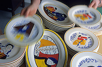 Europe/France/Bretagne/29/Finistère/Qiumper : Détail de la nouvelle faïence de Quimper à la faïencerie d'Art Breton 50 route de Locroman