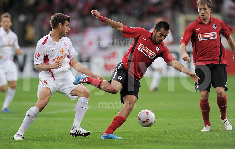 FUSSBALL   1. BUNDESLIGA   SAISON 2010/2011  11. SPIELTAG    06.11.2010 SC Freiburg - FSV Mainz 05 Marco Caligiuri (li, 1. FSV Mainz 05) gegen Yacine Abdessadki (SC Freiburg)