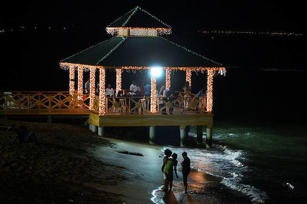 (((SERIE GRÁFICA 2 DE 8))) STO04. SANTO DOMINGO (REPÚBLICA DOMINICANA), 20/12/2011.- Un grupo de personas en pasea por la plya Güiba decorada para Navidad este, lunes 19 de diciembre de 2011, en Santo Domingo (República Dominicana). EFE/Orlando Barría.