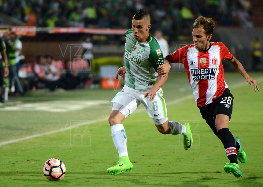 MEDELLIN  -  COLOMBIA: 02 - 05 - 2017: Mateus Uribe (Izq.) jugador de Atletico Nacional, disputa el balón con Juan Cascini (Der.) jugador de Estudiantes de la Plata, durante partido de la fase de grupos, grupo 1 fecha 4, entre Atletico Nacional de Colombia y Estudiantes de la Plata de Argentina, por la Copa Conmebol Libertadores Bridgestone 2017, en el Estadio Atanasio Girardot, de la ciudad de Medellin. / Mateus Uribe (L) player of Atletico Nacional, vies for the ball with Juan Cascini (R) of Estudiantes de la Plata, during a match for the group stage, group 1 of the date 4, between Atletico Nacional of Colombia and Estudiantes de la Plata of Argentina, for the Conmebol Libertadores Bridgestone Cup 2017, at the Atanasio Girardot, Stadium, in Medellin city. Photos: VizzorImage / Leon Monsalve / Cont.