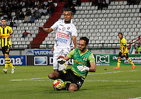 MANIZALES -COLOMBIA, 01-09-2013. Oscar Rodas (I) de Once Caldas disputa el balón con Ricardo Jerez (D) de Alianza Petrolera  válido por la fecha 8 de la Liga Postobón II 2013 jugado en el estadio Palogrande de la ciudad de Manizales./ Once Caldas player Oscar Rodas (L)  fights for the ball with Alianza Petrolera player Ricardo Jerez (R) during match valid for the 8th date of the Postobon  League II 2013 at Palogrande stadium in Manizales city. Photo: VizzorImage/Yonboni/STR