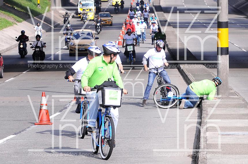 MEDELLIN - COLOMBIA - 22- 04- 2013: Ciudadanos viajan en bicicleta  a lo largo de una avenida vacía durante el Día sin Carro, en la ciudad de Medellín, departamento de Antioquia, Colombia, abril 22 de 2013. En Medellin y toda el área metropolitana se realiza hoy una jornada mas del Dia sin Carro, La medida rige entre las 7:00 a.m. y las 6:00 p.m. y prohibe la circulación de vehículos particulares con menos de tres pasajeros, esta medida no rige para vehículos de emergencia, de las Fuerzas Armadas y policiales, el transporte escolar y los autos que funcionen con gas o con energía. (Foto: VizzorImage / Luis Rios / Str.) Citizens ride bicycles along an empty street during a Day without Car, in Medellin, Antioquia department, Colombia, April 22, 2013. In Medellin and the metropolitan area is made today a Day without Car, The measure applies between 7:00 am and 6:00 pm and prohibits the circulation of private cars with fewer than three passengers, this measure does not apply for emergency vehicles, the armed forces and police, school buses and cars that run on gas or energy. (Photo: VizzorImage / Luis Rios / Str).