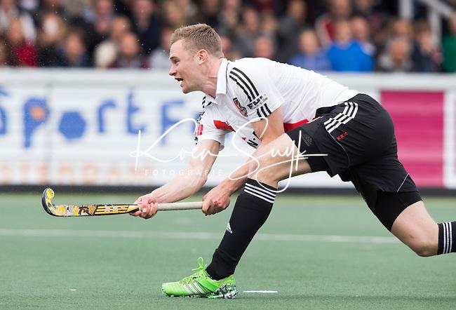 AMSTELVEEN -  Mirco Pruyser (A'dam) scoort uit een strafbal    tijdens de tweede halve finalewedstrijd in de Play offs tussen Amsterdam en  Kampong . Zondag volgt een beslissingswedstrijd. COPYRIGHT KOEN SUYK