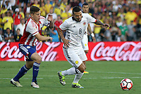 PASADENA - UNITED STATES, 08-06-2016: Edwin Cardona (Der) jugador de Colombia (COL) disputa el balón con Robert Piris Da Motta (Izq) jugador de Paraguay (PAR) durante partido del grupo A fecha 2 por la Copa América Centenario USA 2016 jugado en el estadio Rose Bowl en Pasadena, California, USA. /  Edwin Cardona (R) player of Colombia (COL) fights the ball with Robert Piris Da Motta (L) player of Paraguay (PAR) during match of the group A date 2 for the Copa América Centenario USA 2016 played at Rose Bowl stadium in Pasadena, California, USA. Photo: VizzorImage/ Luis Alvarez /Str