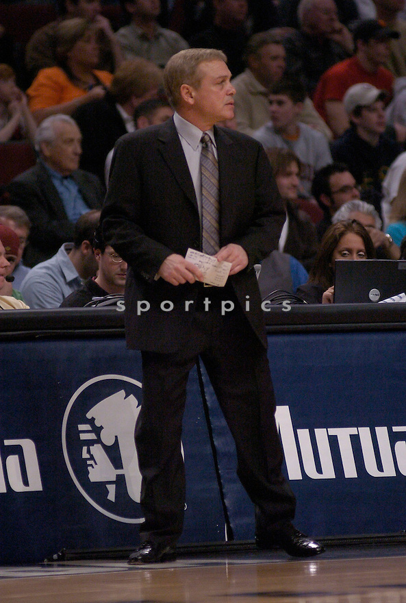 Mike Fratello in action during the Memphis Grizzlies V. Chicago Bulls game on March 28, 2005.....Grizzlies lost 86-94.....Chris Bernacchi/Sportpics..