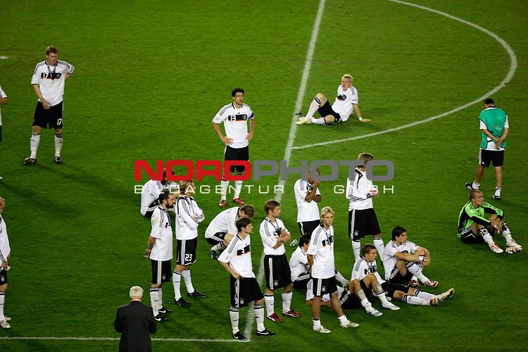 UEFA Euro 2008  Finale<br /> <br /> Vienna - Ernst Happel Match 32<br /> Deutschland ( GER ) - Spanien ( ESP ) 0:1<br /> <br /> Ruhe in der  Mannschaft - schauen nur zu und sitzen auf dem Rasen Bastian Schweinsteiger ( Germany / Mittelfeldspieler / Midfielder /  Bayern Muenchen #7) hat sich abseits der Mannschaft zur&uuml;ckgezogen<br /> <br /> Foto &copy; nph (  nordphoto  )<br /> <br /> <br /> <br />  *** Local Caption ***