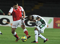 BOGOTA - COLOMBIA -27-02-2013: Luis Carlos Arias(Izq.) de Independiente Santa Fe disputa el balón con Yonny Hinestroza (Der.) de La Equidad durante  partido por la Liga de Postobon I en el estadio Nemesio Camacho El Campín en la ciudad de Bogotá, febrero 27, 2013. (Foto: VizzorImage / Luis Ramírez / Staff). Luis Carlos Arias (L) of Independiente Santa Fe figths the ball with Yonny Hinestroza (R), of La Equidad during a match for the Postobon I League at the Nemesio Camacho  El Campin stadium in Bogota city, on February 27, 2013, (Photo: VizzorImage / Luis Ramírez / Staff).