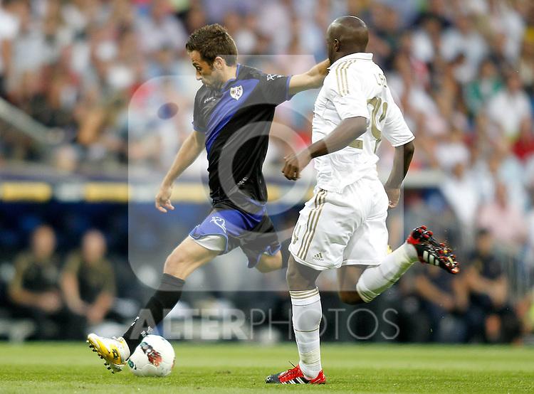 Real Madrid's Lass Diarra against Rayo Vallecano's Rayo Vallecano's Raul Tamudo during La Liga Match. September 24, 2011. (ALTERPHOTOS/Alvaro Hernandez)