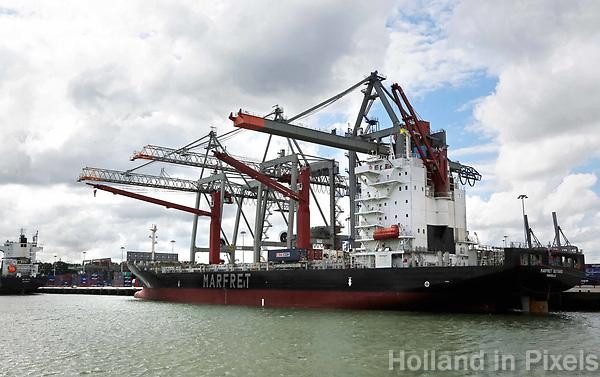 Nederland  Rotterdam - 2017. Haven van Rotterdam. Schip wordt volgeladen met containers.  Foto Berlinda van Dam / Hollandse Hoogte