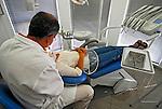 Trabalho de dentista em consultorio. Rio de Janeiro. 2007. Foto de Luciana Whitaker.
