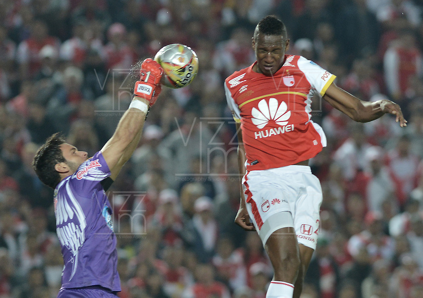 BOGOTÁ -COLOMBIA, 19-11-2015. Yerry Mina (Der) jugador de Independiente Santa Fe disputa el balón con Sebastian Viera (Izq) arquero de Atlético Junior durante partido de vuelta por la final de la Copa Águila 2015 jugado en el estadio Nemesio Camacho El Campín de la ciudad de Bogotá./ Yerry Mina (R) player of Independiente Santa Fe vies for the ball with Sebastian Viera (L) goalkeeper of Atletico Junior during second leg match for the final of Aguila Cup 2015 played at Nemesio Camacho El Campin stadium in Bogotá city. Photo: VizzorImage/ Gabriel Aponte / Staff