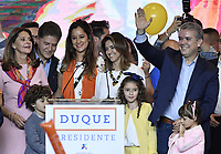 BOGOTA - COLOMBIA, 27-05-2018: Ivan Duque, candidato presidencial por le partido Centro Democrático acompañado de su esposa Maria Juliana Ruiz, y sus tres hijos: Luciana, Matías y Eloisa durante su alocución después de salir ganador en la jornada electoral hoy, 27 de mayo de 2018. Las elecciones presidenciales de Colombia de 2018 se celebrarán el domingo 27 de mayo de 2018. El candidato ganador gobernará por un periodo máximo de 4 años fijado entre el 7 de agosto de 2018 y el 7 de agosto de 2022. / Ivan Duque, presidential candidate for the Centro Democratico party, and his wife Maria Juliana Ruiz, and his three children: Luciana, Matías and Eloisaduring his speech after winning on election day today, May 27, 2018. Colombia's 2018 presidential election will be held on Sunday, May 27, 2018. The winning candidate will govern for a maximum period of 4 years fixed between August 7, 2018 and August 7, 2022.. Photo: VizzorImage / Gabriel Aponte / Staff