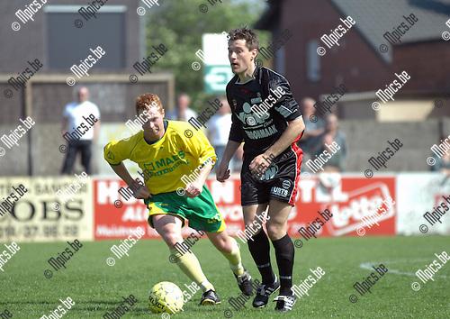 2007-04-22 / KFC Witgoor Sport - E Veldwezelt: Kevin Wynants van Witgoor (links) probeert nog de pass van Tomas Daumantas van Veldwezelt te onderscheppen