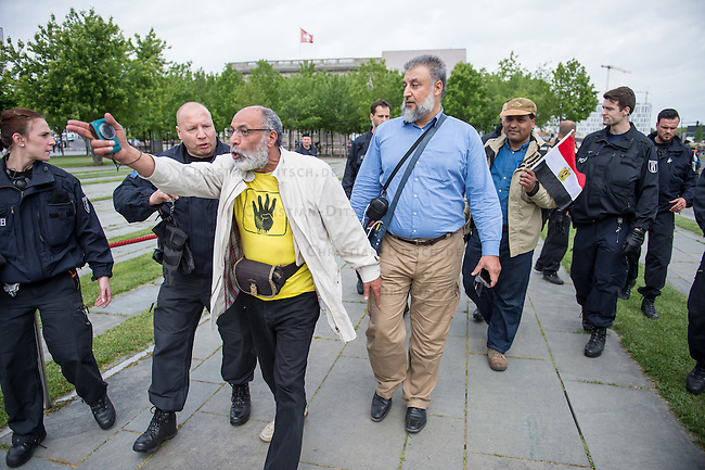 Der aegyptische Praesident Abdel Fattah al-Sisi kam am 3. und 4. Juni 2015 zu einem Staatsbesuch nach Berlin.<br /> Im Vorfeld gab es Proteste gegen diesen Besuch, da in Aegypten u.a. massenweise Todesurteile gegen Regierungsgegner verhaengt und missliebige Journalisten verhaftet werden. Bundestagspraesident Norbert Lammert sagte ein Treffen mit al Sisi ab. Bundespraesident Gauck hingegen empfing den Praesidenten mit militaerischen Ehren und Bundeskanzlerin Merkel lud ihn in das Bundeskanzleramt ein.<br /> Im Bild: Anhaenger der in Aegypten verfolgten radikalen islamistischen Muslimbruderschaft wollen vor dem Kanzleramt gegen den Besuch protestieren, werden jedoch von der Polizei daran gehindert.<br /> 3.6.2015, Berlin<br /> Copyright: Christian-Ditsch.de<br /> [Inhaltsveraendernde Manipulation des Fotos nur nach ausdruecklicher Genehmigung des Fotografen. Vereinbarungen ueber Abtretung von Persoenlichkeitsrechten/Model Release der abgebildeten Person/Personen liegen nicht vor. NO MODEL RELEASE! Nur fuer Redaktionelle Zwecke. Don't publish without copyright Christian-Ditsch.de, Veroeffentlichung nur mit Fotografennennung, sowie gegen Honorar, MwSt. und Beleg. Konto: I N G - D i B a, IBAN DE58500105175400192269, BIC INGDDEFFXXX, Kontakt: post@christian-ditsch.de<br /> Bei der Bearbeitung der Dateiinformationen darf die Urheberkennzeichnung in den EXIF- und  IPTC-Daten nicht entfernt werden, diese sind in digitalen Medien nach &sect;95c UrhG rechtlich geschuetzt. Der Urhebervermerk wird gemaess &sect;13 UrhG verlangt.]