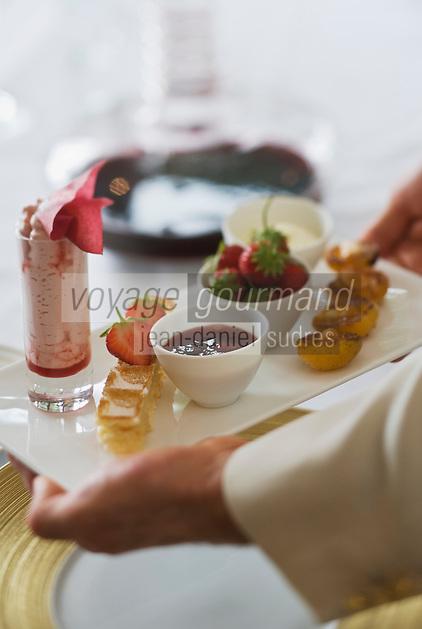 """Europe/France/Rhône-Alpes/74/Haute Savoie/ Evian:  les Fraises Mara des bois et Abricots bergeron rôtis, jus de fraise et lactée  recette de  Michel Lentz   du restaurant """"Les Fresques Royales"""", au Royal Hôtel"""