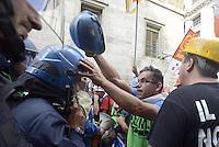 Roma, 28 Ottobre 2013<br /> Manifestazione fino al Ministero dello Sviluppo Economico dei lavoratori Alcoa a rischio licenziamento.<br /> un lavoratore scherza con un poliziotto