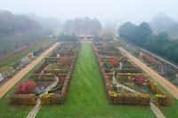 France, Loir-et-Cher (41), Cellettes, Château de Beauregard et parc, le jardin des Portraits en automne imaginé par Gilles Clément, chambres entourées de haies de charmes (vue aérienne)