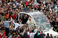 Papa Francesco saluta i fedeli al termine della cerimonia di canonizzazione di Papa Giovanni XXIII e Papa Giovanni Paolo II in Piazza San Pietro, Citta' del Vaticano, 27 aprile 2014.<br /> Pope Francis greets fauthful at the end of the ceremony for the canonization of Pope John XXIII and Pope John Paul II in St. Peter's square at the Vatican, 27 April 2014.<br /> UPDATE IMAGES PRESS/Isabella Bonotto