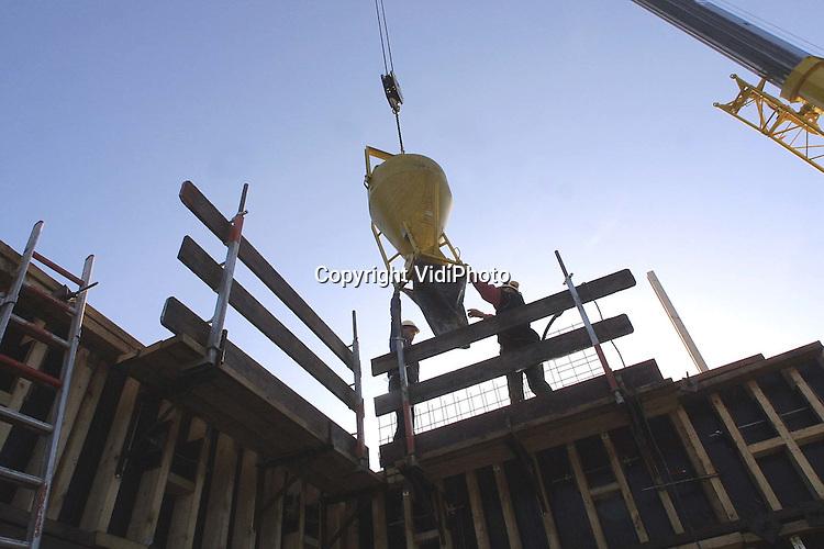 Foto: VidiPhoto..EDE - Personeel van Reuskenbouw uit Eerbeek bouwt in Ede een nieuw kantorencomplex voor het ministerie van Landbouw, Natuurbeheer en Visserij (LNV). Het gaat om twee kantoorvilla's van in totaal 11.000 vierkante meter. De expertise-afdeling van de landbouwsector wordt daarin ondergebracht. Het complex ligt op loopafstand van het centraal station. De (ruw)bouwkosten bedragen 14 miljoen gulden. Dat is exclusief afwerking en inrichting. Rond de bouwvak van 2002 moet het eerste deel gereed zijn.