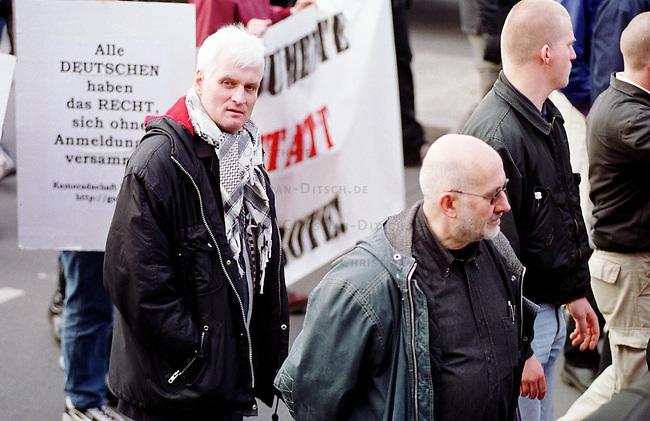 Etwa 1.200 Neonazis und Skinheads versammelten sich in Berlin zu einer Demonstration unter dem Motto: &quot;Meinungsfreiheit statt Verbote&quot;. Aufgerufen hatte eine sogenannte &quot;Kameradschaft Germania Berlin&quot;.<br /> Hier: Recht mit Sonnenbrille, der Rechtsanwalt und ehemalige RAF-Terrorist Horst Mahler.<br /> 4.11.2000, Berlin<br /> Copyright: Christian-Ditsch.de<br /> [Inhaltsveraendernde Manipulation des Fotos nur nach ausdruecklicher Genehmigung des Fotografen. Vereinbarungen ueber Abtretung von Persoenlichkeitsrechten/Model Release der abgebildeten Person/Personen liegen nicht vor. NO MODEL RELEASE! Nur fuer Redaktionelle Zwecke. Don't publish without copyright Christian-Ditsch.de, Veroeffentlichung nur mit Fotografennennung, sowie gegen Honorar, MwSt. und Beleg. Konto: I N G - D i B a, IBAN DE58500105175400192269, BIC INGDDEFFXXX, Kontakt: post@christian-ditsch.de<br /> Bei der Bearbeitung der Dateiinformationen darf die Urheberkennzeichnung in den EXIF- und  IPTC-Daten nicht entfernt werden, diese sind in digitalen Medien nach &sect;95c UrhG rechtlich gesch&uuml;tzt. Der Urhebervermerk wird gemaess &sect;13 UrhG verlangt.]