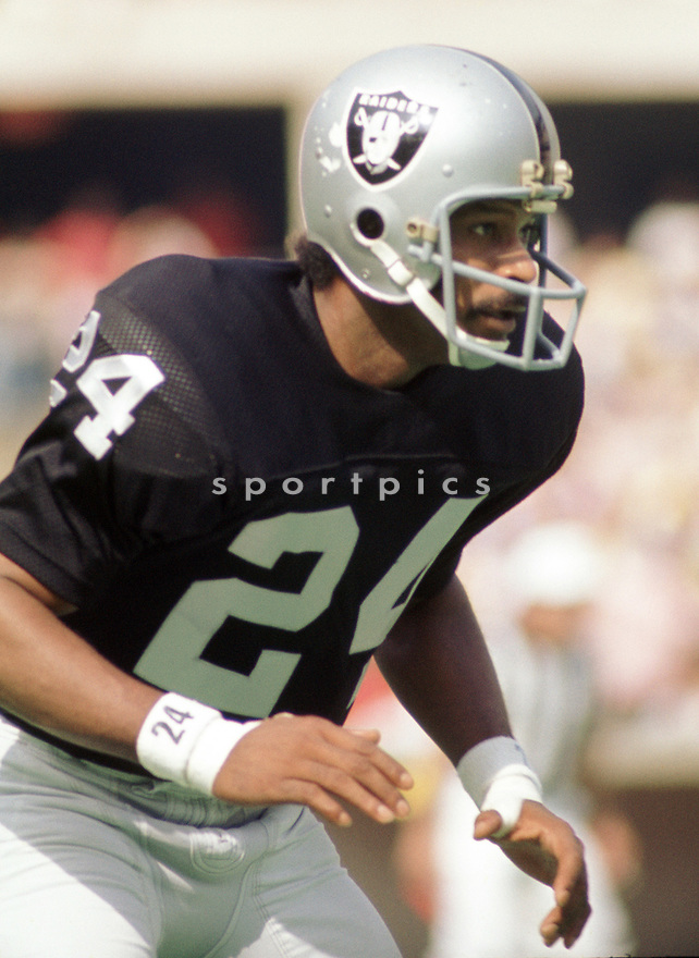 Oakland Raiders Willie Brown (16) during a game from his 1973 season with the Oakland Raiders. Willie Brown played for 16 years, with 2 different teams was a 9-time Pro Bowler, and was inducted to the Pro Football Hall of Fame in 1984.(SportPics)