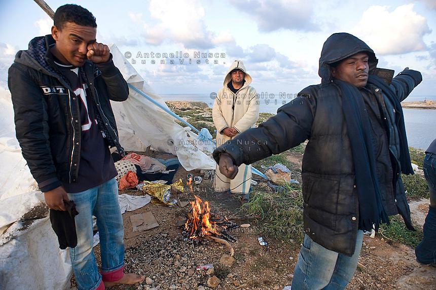I continui sbarchi a Lampedusa hanno creato una emergenza organizzativa e sanitaria. A causa dell'alto numero di Tunisini presenti nell'isola, l'unico centro di prima accoglienza si &egrave; riempito all'inverosimile e i nuovi arrivati per giorni sono stati costretti ad accamparsi dove meglio potevano sino a quando non sono stati trasferiti negli altri centri di accoglienza.  <br /> <br /> The continuing landing of migrants has escalated the emergency in the European country which has witnessed the arrival of around 15,000 people since January; doubling the small island's population and enduring miserable conditions. Most of them are forced to sleep every where in the tiny island as the immigration centre is completely full.