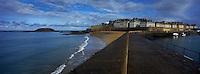 Europe/France/Bretagne/35/Ille-et-Vilaine/Saint-Malo: Le mole des noires et la ville close