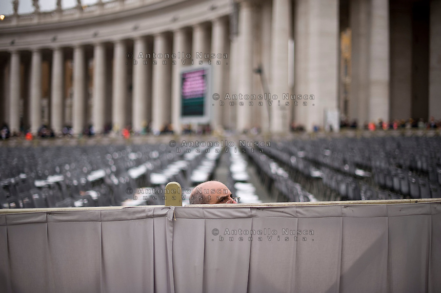 27 Aprile, 2014. Un signore in Piazza San Pietro in attesa della messa di canonizzazione per Giovanni XXIII e Giovanni Paolo II.  A pilgrim waiting in Saint Peter's Square for the canonisation mass of Popes John Paul II and John XXIII in Saint Peter's Square.