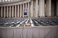 27 Aprile, 2014. Un signore in Piazza San Pietro in attesa della messa di canonizzazione per Giovanni XXIII e Giovanni Paolo II.  A pilgrim waiting in Saint Peter's Square for the canonisation mass of Popes John Paul II and John XXIII in Saint Peter's Square.