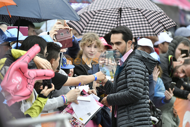 Former champion Alberto Contador (ESP) with fans at sign on before Stage 16 of the 2019 Giro d'Italia, running 194km from Lovere to Ponte di Legno, Italy. 28th May 2019<br /> Picture: Fabio Ferrari/LaPresse | Cyclefile<br /> <br /> All photos usage must carry mandatory copyright credit (© Cyclefile | Fabio Ferrari/LaPresse)