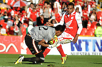 BOGOTA - COLOMBIA-27-04-2013: Wilder Medina (Der.) jugador del Independiente Santa Fe disputa el balón con Victor Soto(Izq.) de Envigado F.C., durante partido en el estadio Nemesio Camacho El Campin de la ciudad de Bogota, abril 27 de 2013. Independiente Santa Fe y Envigado F.C. durante partido por la decimotercera fecha de la Liga Postobon I. (Foto: VizzorImage / Luis Ramirez / Staff).  Wilder Medina (R) player of Independiente Santa Fe fights for the ball with Victor Soto (L) of Envigado F.C. during game in the Nemesio Camacho El Campin stadium in Bogota City, April 27, 2013. Independiente Santa Fe and Envigado F.C. in a match for the thirteenth round of the Postobon League I. (Photo: VizzorImage / Luis Ramirez / Staff).