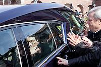 Milano: Paolo Jannacci saluta la gente durante il funerale del padre Enzo Jannacci