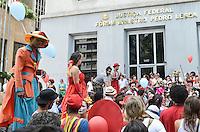 SAO PAULO, 24 DE MARCO DE 2013 - PALHACEATA SAO PAULO - Oitava edição da Palhaceata, na Avenida Paulista, região central da capital, no inicio da tarde deste domingo, 24. Os palhaços, em concentração em frente ao Forum Ministro Pedro Lessa, da Justiça federal, visam propagar a paz, a alegria e comemorar o Dia do Circo. (FOTO: ALEXANDRE MOREIRA / BRAZIL PHOTO PRESS)