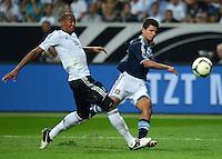 FUSSBALL Nationalmannschaft Freundschaftsspiel:  Deutschland - Argentinien             15.08.2012 Jerome Boateng (li, Deutschland) gegen Sergio Aguero (Argentinien)