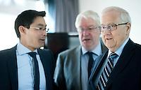 Berlin, Bundeswirtschaftsminister und Vizekanzler Philipp Rösler (FDP, v.l.), Beisitzer Jörg-Uwe Hahn und der FDP-Spitzenkandidat und Fraktionsvoritzende der FDP im Bundestag, Rainer Brüderle, stehen am Montag (13.05.13) in der Parteizentrale im Thomas-Dehler-Haus vor einer Sitzung des Präsidiums. Foto: Steffi Loos/CommonLens