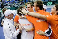 06-03-11, Tennis, Oekraine, Kharkov, Daviscup, Oekraine - Netherlands,  Robin Haase wint beslisende set, en wordt gefeliciteerd door zijn teamgenoten