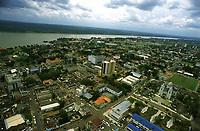 imagem aérea de Porto Velho - Rondônia e ao fundo o rio Madeira. Dezembro de 2003