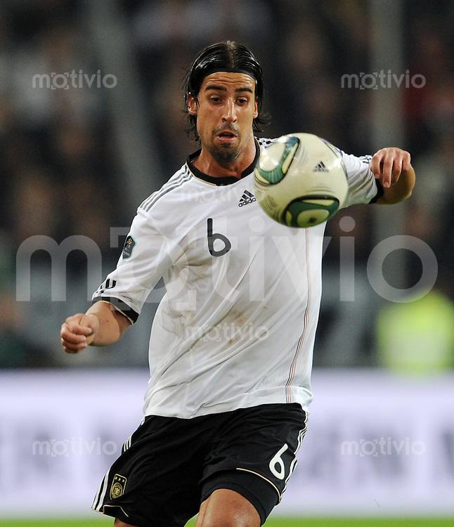 FUSSBALL  INTERNATIONAL  EM 2012  QUALIFIKATION  Deutschland - Belgien                              11.10.2011 Sami KHEDIRA (Deutschland) Einzelaktion am Ball