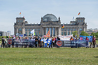 """Protest gegen die geplante Privatisierung der bundesdeutschen Autobahnen.<br /> Am Mittwoch den 17.5.2017 protestierten Mitglieder verschiedener Organisationen anlaesslich der Sitzung des Haushaltsausschusses gegen die vorgeschlagenen Aenderungen zur Grundgesetzaenderung und Autobahnprivatisierung. Dazu sollte den Mitgliedern des Ausschusses ueber 300.000 gesammelten Unterschriften gegen die Autobahnprivatisierung uebergeben werden. Lediglich der Abgeordnete Johannes Kahrs von der SPD war bereit die Unterschriften entgegen zu nehmen.<br /> Nach Berechnungen verschiedener Organisationen wuerde die Gruendung einer Autobahn-GmbH die Steuerzahler und Autofahrer zu einer """"Melkkuh"""" machen. Die Profite der Privatisierung wuerden nur bei den beteiligten Versicherungen und Banken landen.<br /> 17.5.2017, Berlin<br /> Copyright: Christian-Ditsch.de<br /> [Inhaltsveraendernde Manipulation des Fotos nur nach ausdruecklicher Genehmigung des Fotografen. Vereinbarungen ueber Abtretung von Persoenlichkeitsrechten/Model Release der abgebildeten Person/Personen liegen nicht vor. NO MODEL RELEASE! Nur fuer Redaktionelle Zwecke. Don't publish without copyright Christian-Ditsch.de, Veroeffentlichung nur mit Fotografennennung, sowie gegen Honorar, MwSt. und Beleg. Konto: I N G - D i B a, IBAN DE58500105175400192269, BIC INGDDEFFXXX, Kontakt: post@christian-ditsch.de<br /> Bei der Bearbeitung der Dateiinformationen darf die Urheberkennzeichnung in den EXIF- und  IPTC-Daten nicht entfernt werden, diese sind in digitalen Medien nach §95c UrhG rechtlich geschuetzt. Der Urhebervermerk wird gemaess §13 UrhG verlangt.]"""