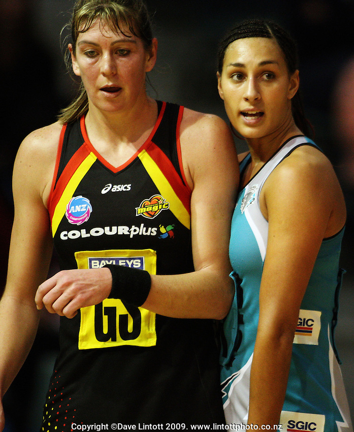 Thunderbirds goalkeep Geva Mentor (right) marks Irene Van Dyk.<br />