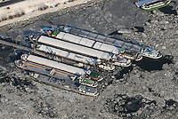 4415/Binnenschiff: EUROPA, DEUTSCHLAND, HAMBURG  28.01.2006 die Schifffahrt auf der Elbe ist durch das Eis gestoehrt. Binnenschiffe in Hamburger Hafen, warten auf Tauwetter, Billwerder Bucht, Rothenburgsort