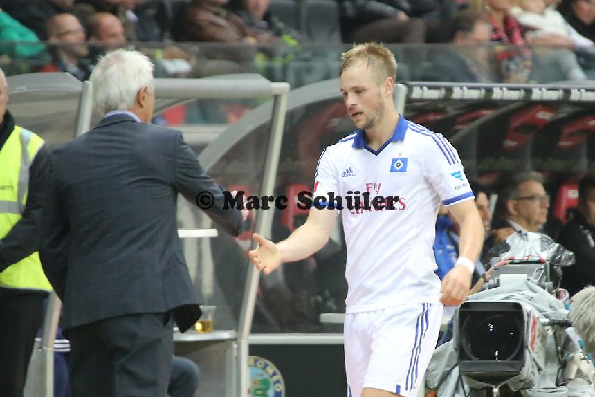 Trainer Bert van Marwijk (HSV) mit dem ausgewechselten Maximilian Beister - Eintracht Frankfurt vs. Hamburger SV, Commerzbank Arena