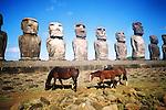 Cimarrones / Caballos salvajes y Moais en Isla de Pascua, Chile.<br /> <br /> Cimarrones / Moais and wild horses in Easter Island, Chile.<br /> <br /> Edición de 10 | Víctor Santamaría.