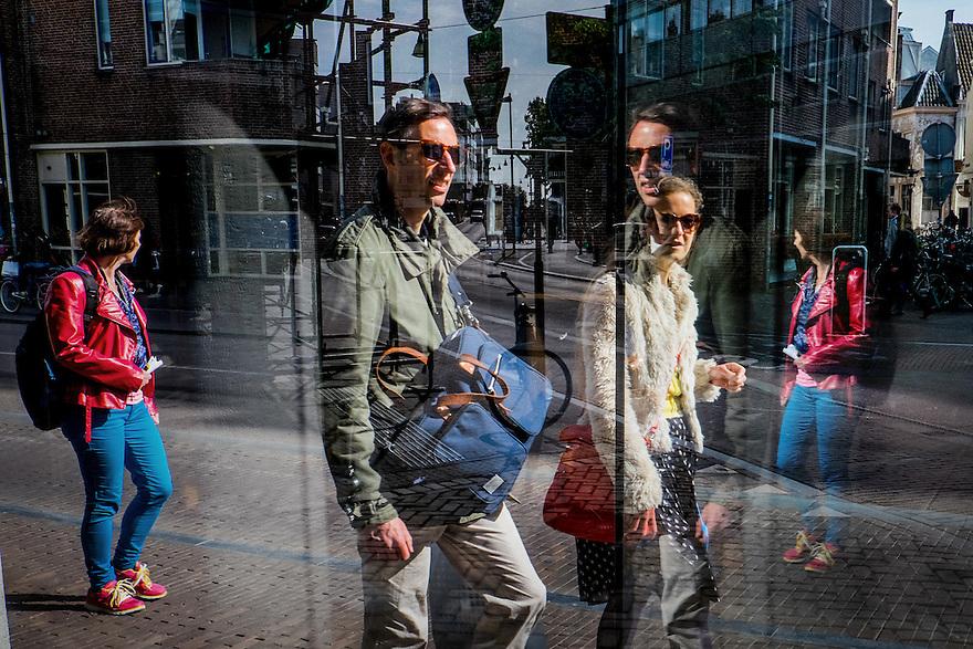 Nederland, Utrecht, 23 mei 2015<br /> Reflecties in etalageruit geven een ingewikkeld, surrealistisch stadsbeeld met mensen en spiegelingen.<br />  <br /> Foto: Michiel Wijnbergh